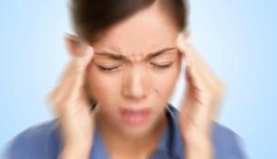 Viele Frauen haben vor und während der Menstruation mit Migräne zu kämpfen.