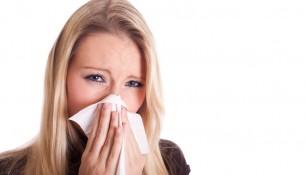 Statt Niesen unterdrücken lieber hygienisch ein Taschentuch verwenden