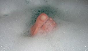 Hühneraugen selbst entfernen klappt besonders gut mit einem Fußbad vorab.