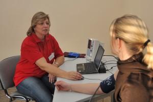 Blutdruckmessung für die Gesundheitsstudie DEGS - apotheken-wissen.de / Robert-Koch-Institut