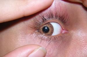 Gelangt ein Fremdkörper ins Auge, befindet er sich meist auf der Oberfläche und lässt sich vorsichtig mit einem Tuch oder durch Spülen des Auges entfernen.