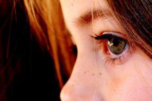 Oft können rote und tränende Augen Anzeichen einer ansteckenden Erkrankung sein*