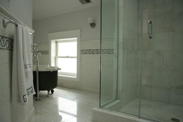 Im Badezimmer bakterien im badezimmer apotheken wissen de