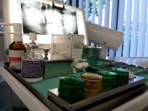 Instrumententisch beim Zahnarzt - apotheken-wissen.de